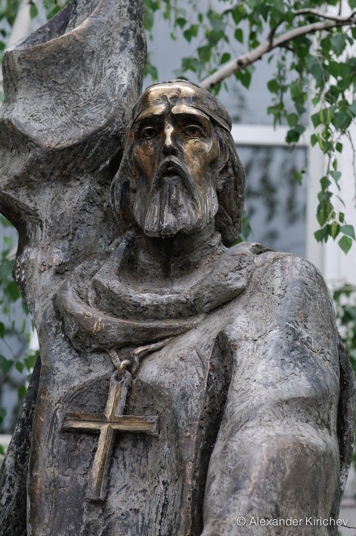 Паметник на Паисий Хилендарски в гр. Стрелча (детайл)